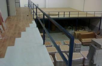 Altillo de 215 m2 con una pasarela de 15, 5m salvando desnivel mediante escalera El acabado de la pasarela de acceso a oficinas, se personalizó con un parquet de oficina económico y funcional. El cliente ahorra en tiempos de desplazamiento […]